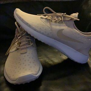Women's NIKE shoe!